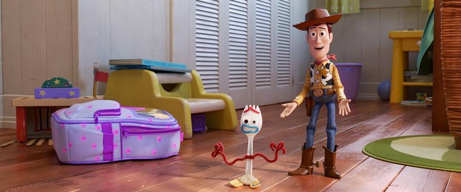フォーキーを仲間に紹介するウッディ  (C)2019 Disney/Pixar. All Rights Reserved.