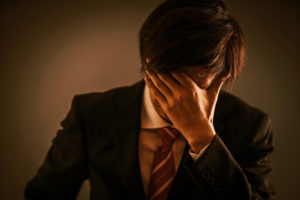 心を痛める男性のイメージ(画像:写真AC)