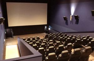 映画館のスクリーンのイメージ(画像:写真AC)