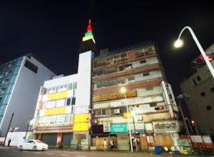 『天気の子』に登場したビルのモデルとされる、代々木会館(解体済)。(画像:写真AC)