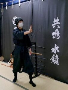 増田さんが棒手裏剣を体験。最初は箸を使って練習を繰り返してから、棒手裏剣を使って実践