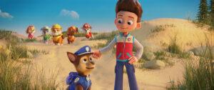 パウ・パトロールは、主人公の少年・ケントと、個性豊かな6匹の子犬たちからなるチーム。『パウ・パトロール ザ・ムービー』より